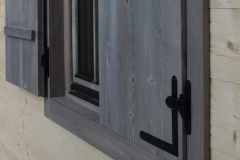 detaliu-fereastra-cu-oblon-lemn