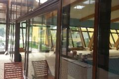 vedere-interioara-perete-cortina-lemn-aluminiu-grinzi-lemn-22