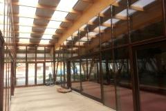 vedere-interioara-perete-cortina-lemn-aluminiu-grinzi-lemn-23