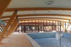 vedere-interioara-perete-cortina-lemn-aluminiu-hebe-schiebe-grinzi-lemn-12