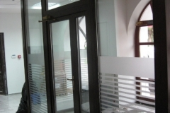 vitrina-usa-intrare-banca-lemn-stratificat